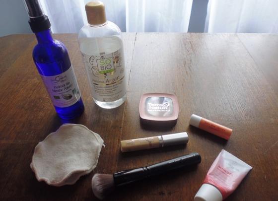 Ma routine visage du moment : hydrolat de menthe poivrée pour nettoyer le matin ; eau micellaire pour le maquillage ; cotons lavables ; fond de teint poudre et correcteur de chez Terra Naturi ; baume à lèvre Everon et crème à l'amande de chez Weleda